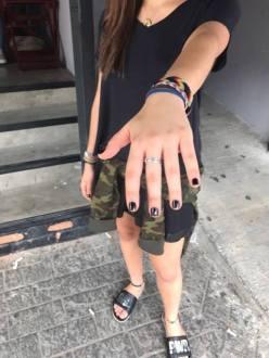 """Fabiana Rosa, estudante universitária, conta que aos 15 anos ganhou um anel que é uma relíquia de família. Seu avô comprou no Peru como presente para sua avó. Desde então o anel passou por duas gerações. """"Eu uso sempre. Com ele me sinto ligada a ela"""", comenta. Julia Salituro - Primeiro semestre"""