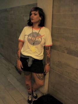 """""""Eu gosto muito das tendências, me identifico com coisas que eu acho que combinam com o meu corpo. Amo olhar looks no Instagram e faço uma adaptação para mim"""", declarou a vendedora da fast fashion Forever 21, Amanda Melo da Silva, 21 anos. Entrevista: Pam Chiovatto e Luana Matsuda Foto: Iris Brito"""